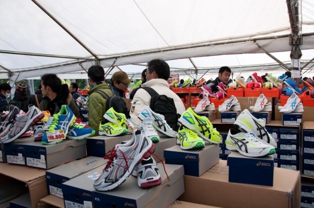 特賣場有不少新款跑鞋以六折甚至半價出售,難怪人山人海。