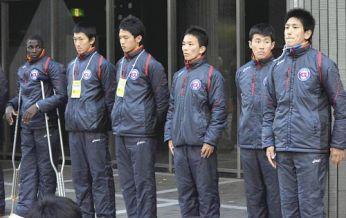 1月3日,Omwamba (左) 在箱根驛傳結束後,擔著柺杖與隊友出席報告大會。 圖片來源︰讀賣新聞