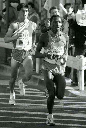 Otwori是箱根驛傳的第一位肯尼亞留學生。圖為1989年Otwori首次出戰「花之二區」。圖片來源︰讀賣新聞